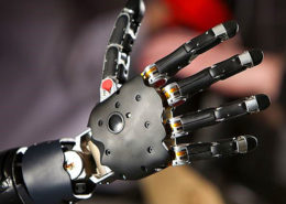 Hand-eines-Roboters-260x185 Transformation